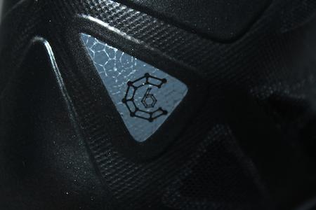 シューズがダイヤモンドからインスパイアされたことを表現したデザイン
