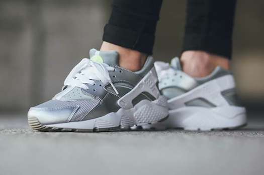 NIKE AIR HUARACHE GS METALLIC SILVER/WHITE/VOLT